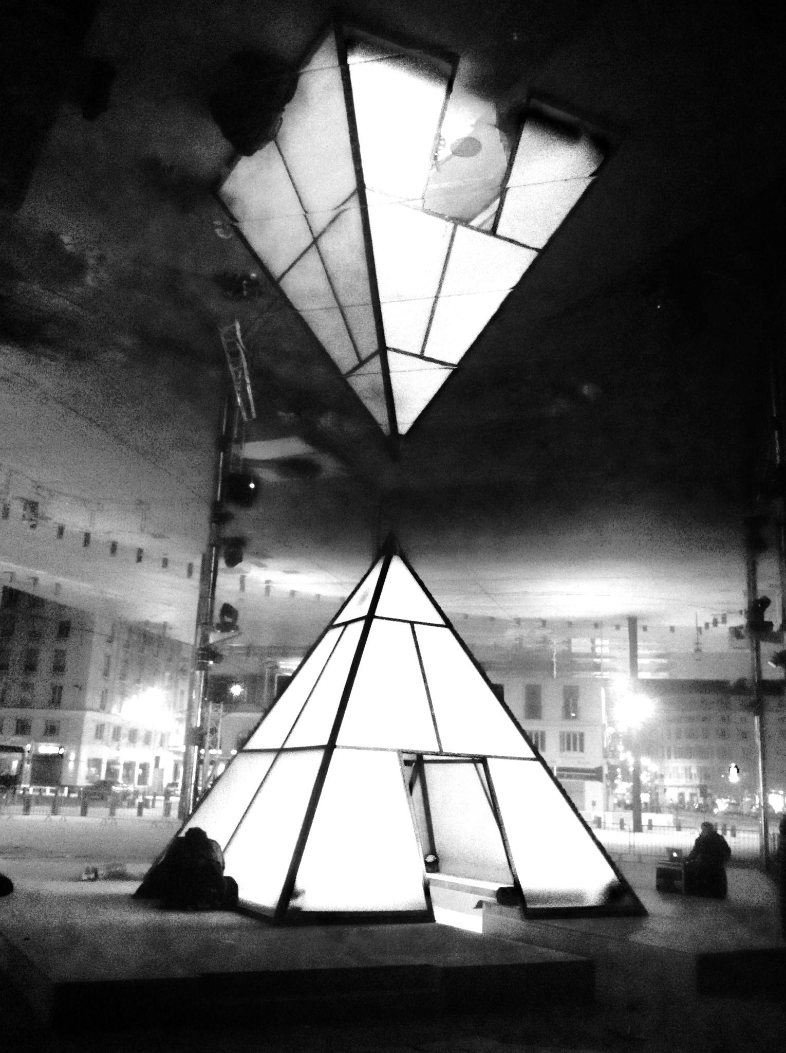lintrieur puisque lune des face de la pyramide offrait au public la possibilit de jouer avec une palette de couleur virtuelle effet garanti