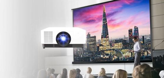 VIDELIO x Sony vidéoprojecteur Sony laser dans une salle de conférence. Fiabilité et design