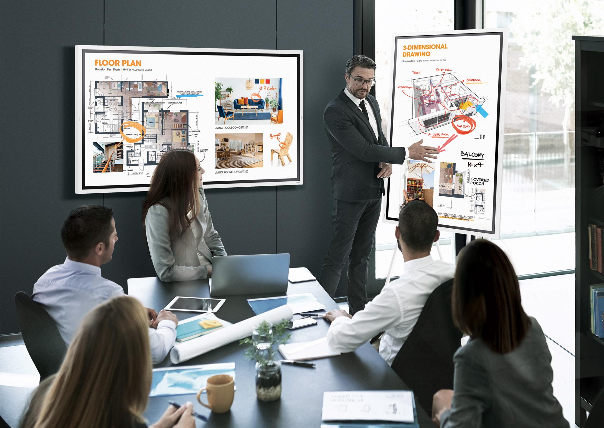VIDELIO x Samsung 5 personnes en réunion avec 2 écrans interactifs. L'orateur annote un schéma diffusé sur un Samsung Flip