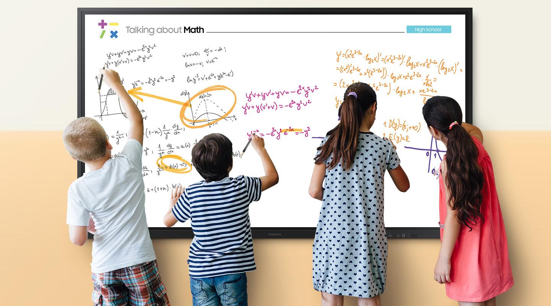 """VIDELIO x Samsung des enfants installés devant un Flip 85"""" écrivent et dessinent"""