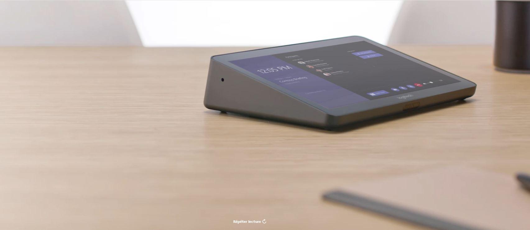 VIDELIO x Logitech Tap posé sur une table dans une salle de réunion