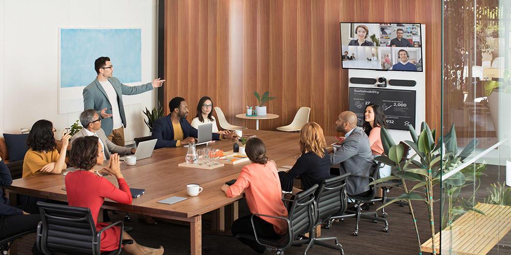 VIDELIO x Logitech exemple d'installation de la solution Rally Plus dans une grande salle de réunion de 10 personnes avec une caméra, 2 enceintes, 2 micros, Table Hub, Display Hub