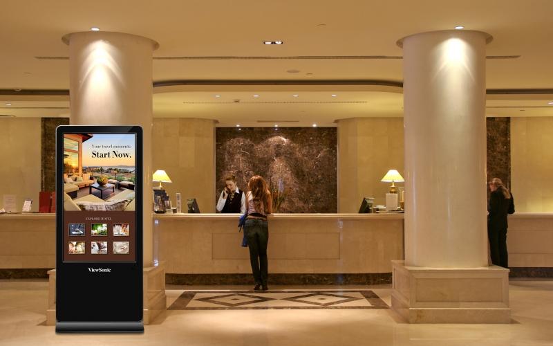 VIDELIO x ViewSonic totem d'affichage dynamique à l'accueil d'un hôtel